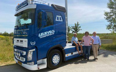 """Jubileum van Lelieveld Transporten B.V. extra bijzonder door levering """"oldskool"""" Volvo-truck"""