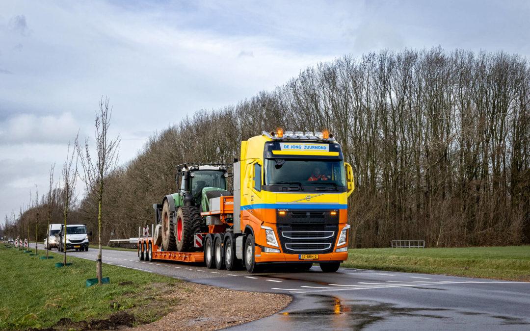 Van Dijk Trucks Culemborg levert nieuwe Volvo FH 8×4 met dieplader aan De Jong Zuurmond